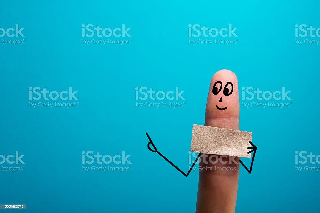Funny mano sosteniendo en blanco mostrando bunner en él y sonriendo - foto de stock