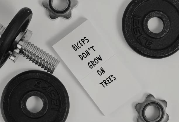 lustige fitness motivation zitat bizeps don t wachsen auf bäumen sport inspirierend zitat. - motivationsfitness zitate stock-fotos und bilder