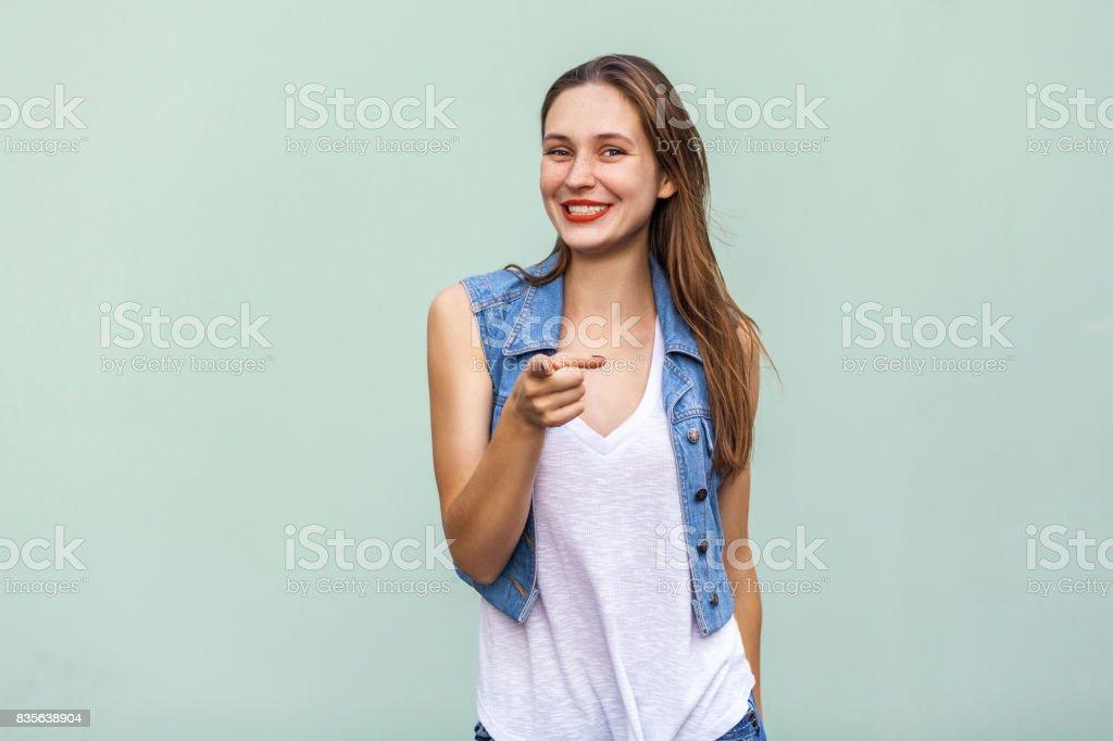 Sommersprossige Mädchen im lässigen weißen t Shirt und Jeans Jecket, Finger auf Kamera und toothy Lächeln zu zeigen. – Foto