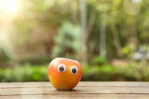 Funny frisch roten Apfel mit Augen. – Foto