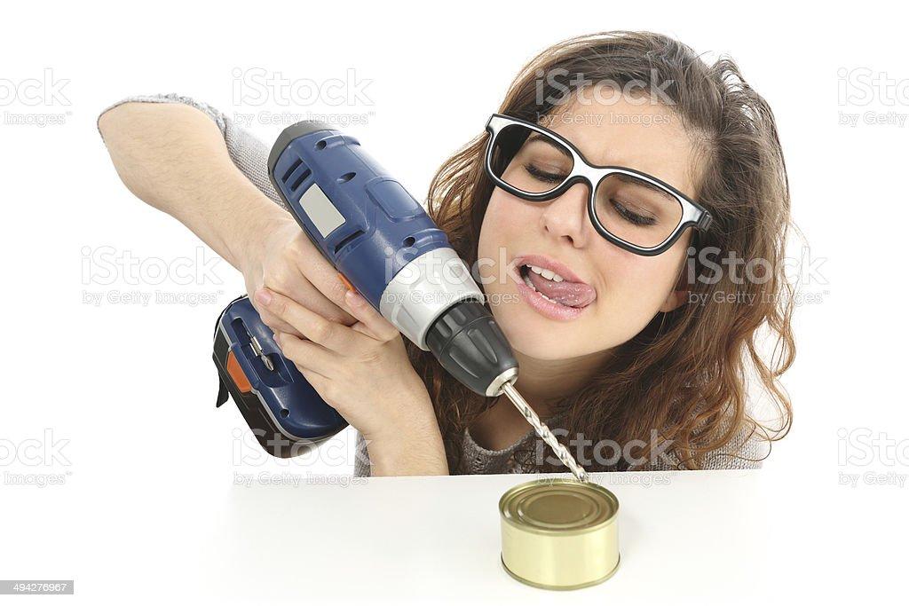 Tecnología. Chica divertida intentando abrir una lata - foto de stock