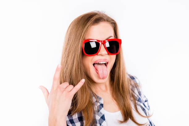 lustiges mädchen in gläsern mit einem roten rand zeigt daumen hoch geste rock endrolle - rock n roll kleider stock-fotos und bilder