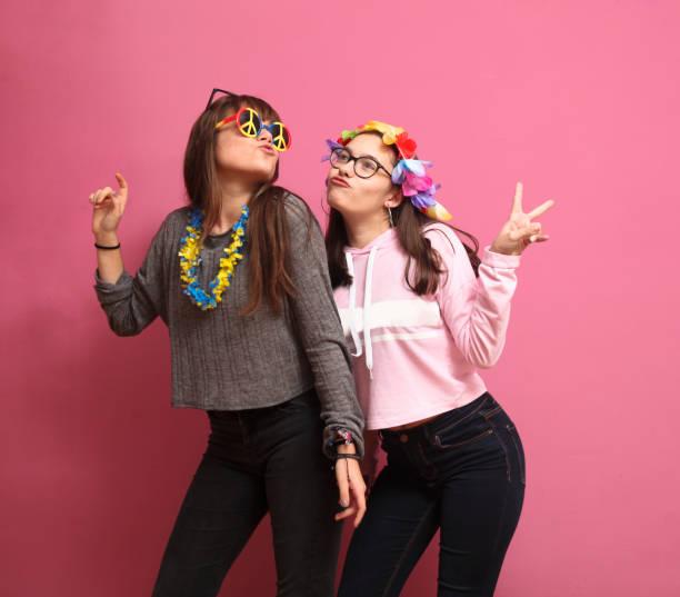 lustige mädchen in einer foto-buchen-party - hippie kostüm damen stock-fotos und bilder