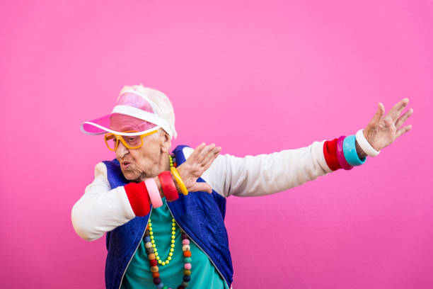 retratos engraçados da avó. roupa de estilo dos anos 80. trapstar tirar uma selfie em fundos coloridos. conceito sobre antiguidade e idosos - dançar - fotografias e filmes do acervo