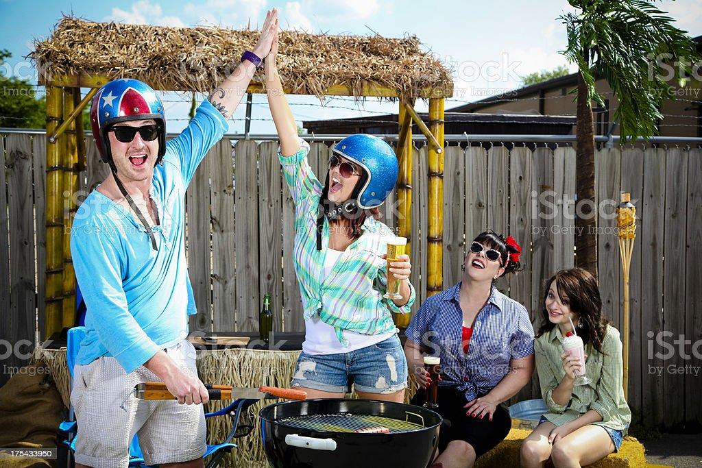 Drôle groupe Grill Out- homme et femme haute cinq - Photo