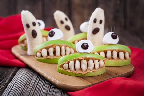 lustige monster scary halloween eadible essen gesunde vegetarische snack-dessert - halloween party lebensmittel stock-fotos und bilder