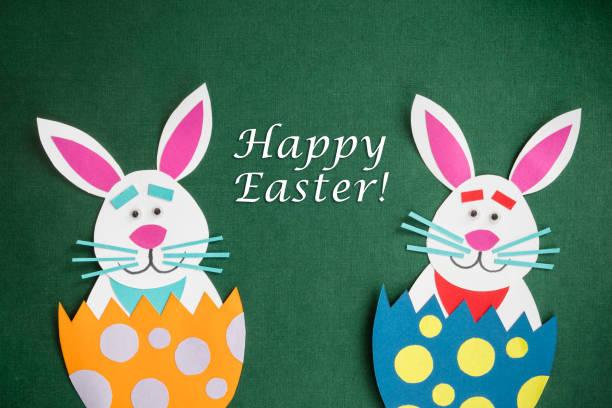 """lustige handgefertigte comic kaninchen platziert in eiern mit text """"frohe ostern"""" - schöne osterbilder stock-fotos und bilder"""