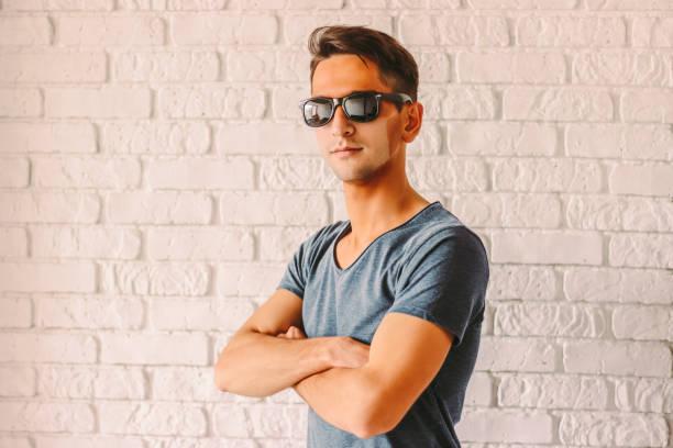 lustiger hipster-mann in sonnenbrille mit roter sonnenbrandhaut - ffp2 stock-fotos und bilder