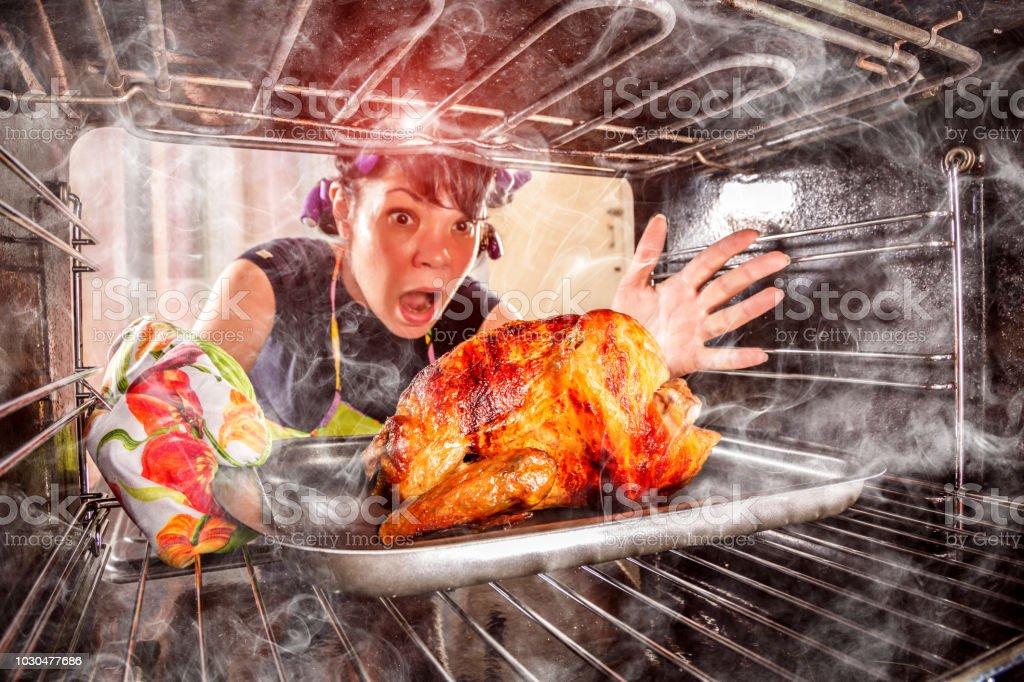 Lustige Hausfrau verblüfft und wütende. Verlierer ist Schicksal! – Foto