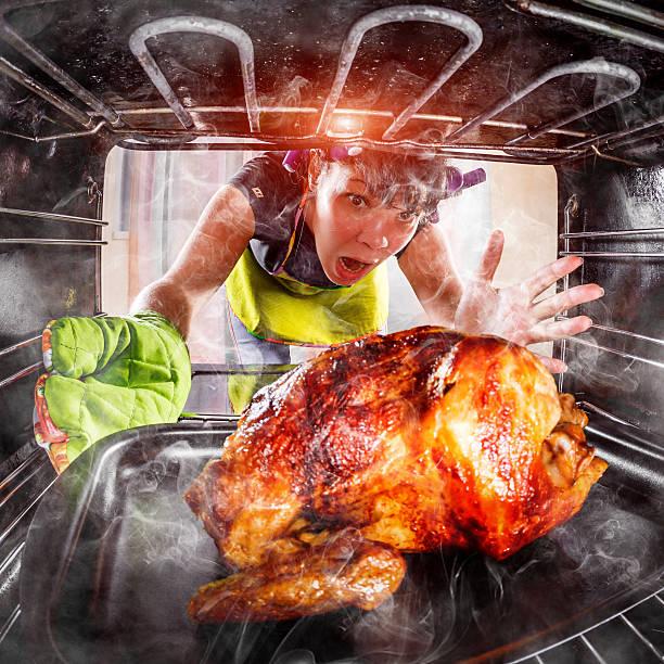 dona de casa engraçado perplexo e zangado. perdedor sai do destino! - burned oven imagens e fotografias de stock