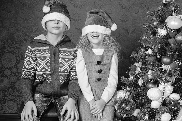 lustige kinder an weihnachten urlaub in der nähe von weihnachtsbaum, dekoriert - kinder weihnachtsfilme stock-fotos und bilder
