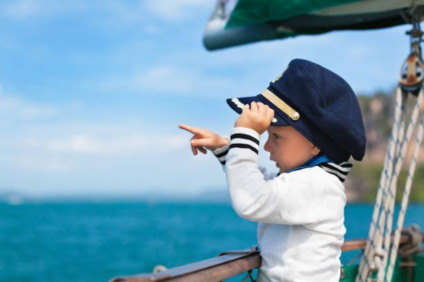 Petit capitaine drôle de bébé à bord du yacht de voile - Photo