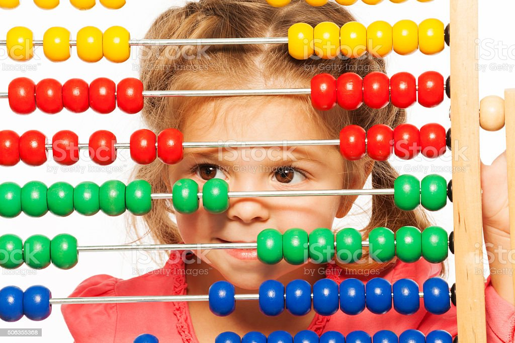 Engraçado menina peeping) out colorida abacus - foto de acervo