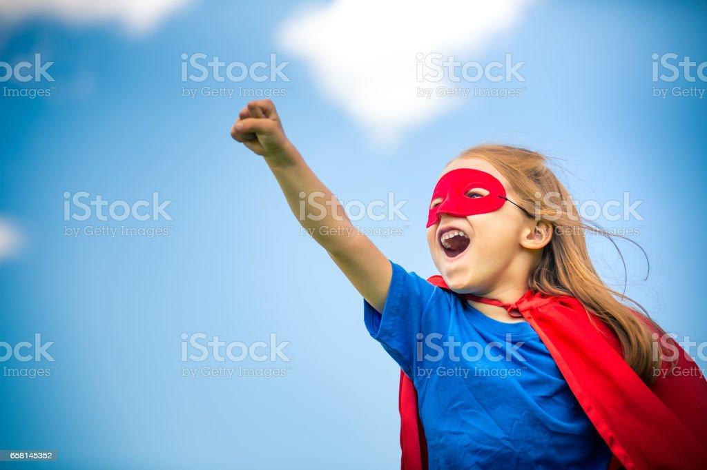 Moça jogando super herói poder. - foto de acervo