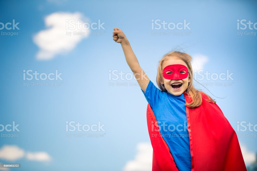 Lustiges kleines Mädchen macht super-Helden zu spielen. – Foto