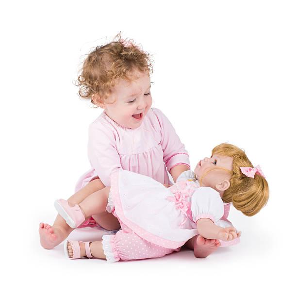 lustige kleine mädchen spielen mit einem wunderschönen doll - geburtstagsgeschenke für beste freundin stock-fotos und bilder
