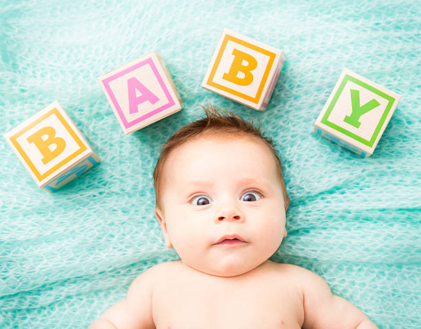 lustiger sie decke baby auf dem bauch liegen - taufe texte stock-fotos und bilder