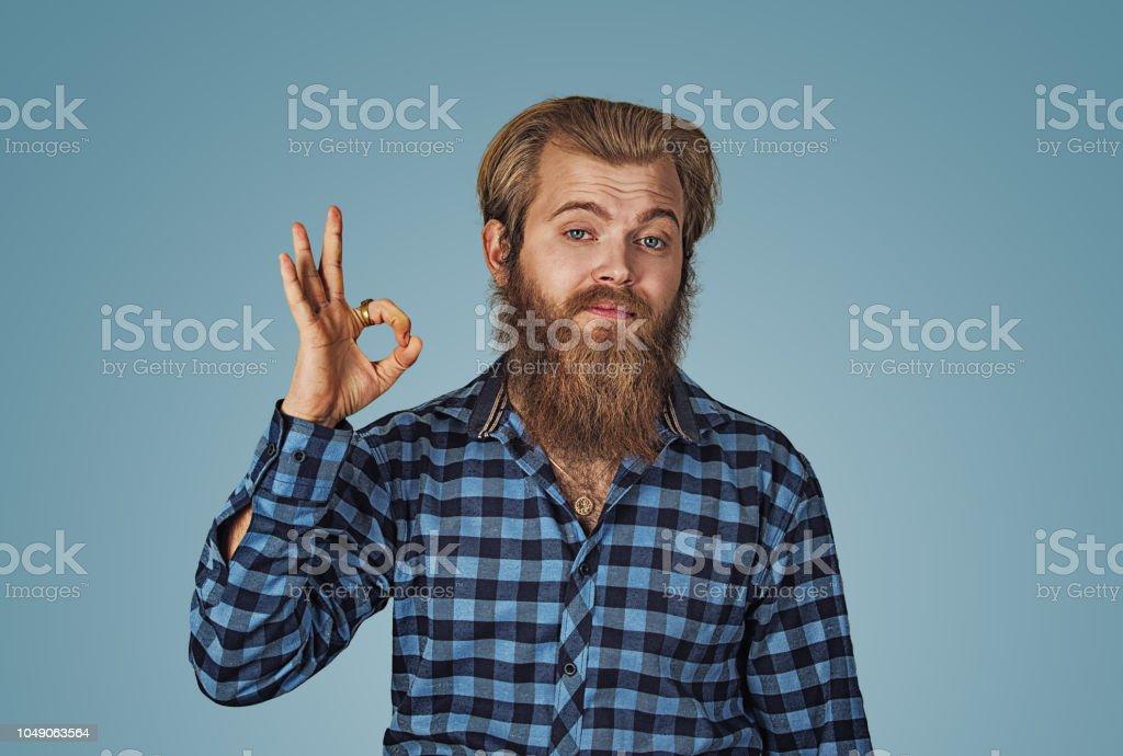 lustig aussehende Kerl zeigt