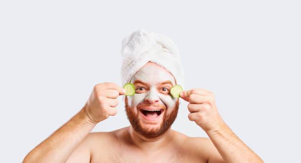 Ein lustiger Mensch in eine Gesichtsmaske in einem Schönheitssalon – Foto