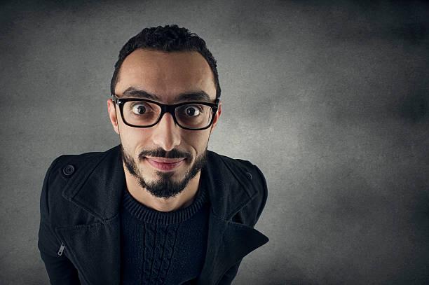 lustiger mann mit nerd brille lächelnd-weitwinkel-aufnahme - festwinkelobjektiv stock-fotos und bilder