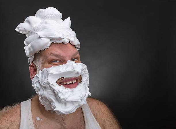 lustiger mann mit schaum mit gesicht rasieren - ausgefallene mode für mollige stock-fotos und bilder