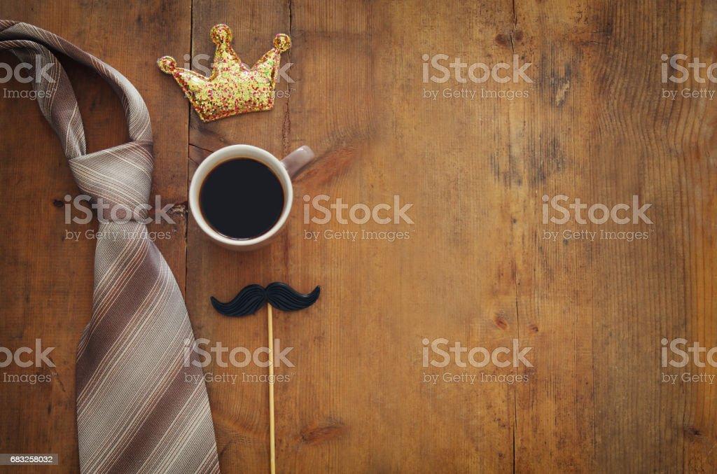 재미 있은 콧수염 컵 커피, 크라운, 넥타이. 아버지의 날 개념 royalty-free 스톡 사진