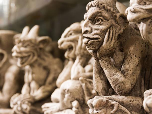 lustige notre dame gargouille monster, keramische souvenirs auf dem schreibtisch auf einen souvenir-shop in paris zum verkauf. - kathedrale von notre dame stock-fotos und bilder