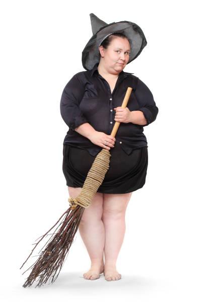 lustige fettleibige hexe mit ihrem magischen broomstick. haloween konzept. - ausgefallene mode für mollige stock-fotos und bilder
