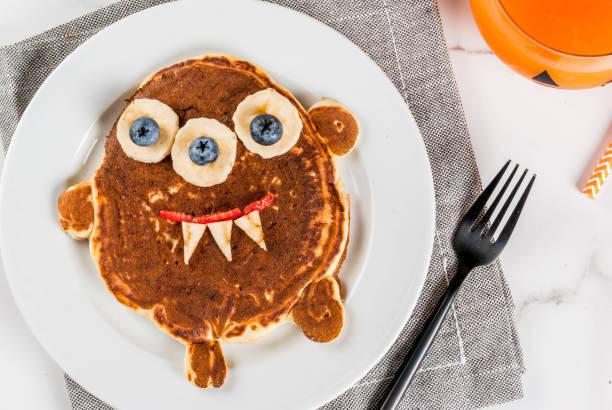 lustige pfannkuchen für halloween - kochkunst stock-fotos und bilder
