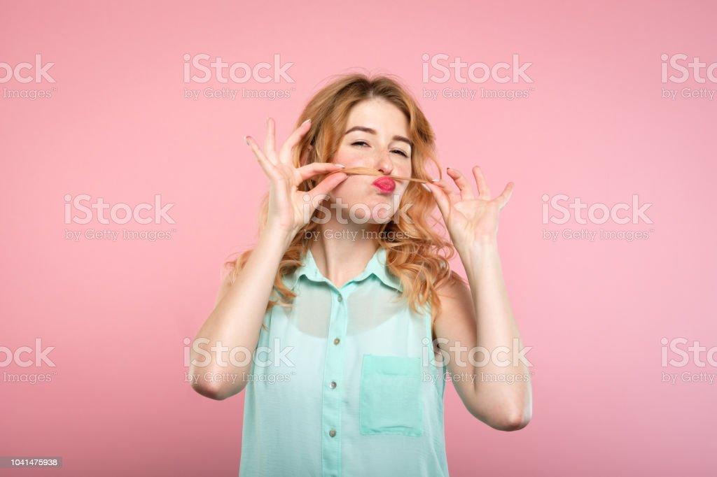 muchacha despreocupada juguetona divertida engañando bigote de pelo - foto de stock
