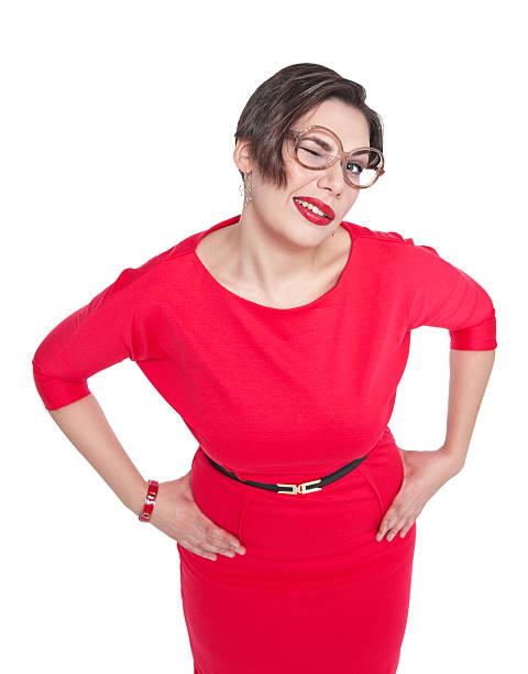 lustiger plus größe frau in brille zwinkern isoliert - ausgefallene mode für mollige stock-fotos und bilder