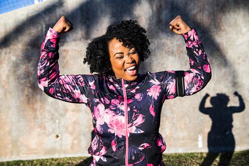 Foto de Engraçado Retrato De Uma Jovem Negra Curvilínea Durante Uma Sessão De Treinamento e mais fotos de stock de 30-34 Anos