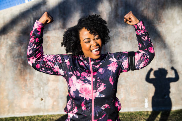 funny portrait of a young black curvy woman during a training session - só mulheres imagens e fotografias de stock