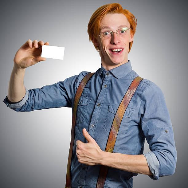 lustiger rot langhaarigem mann in hosenträger für weiße visitenkarte - sprüche kinderlachen stock-fotos und bilder