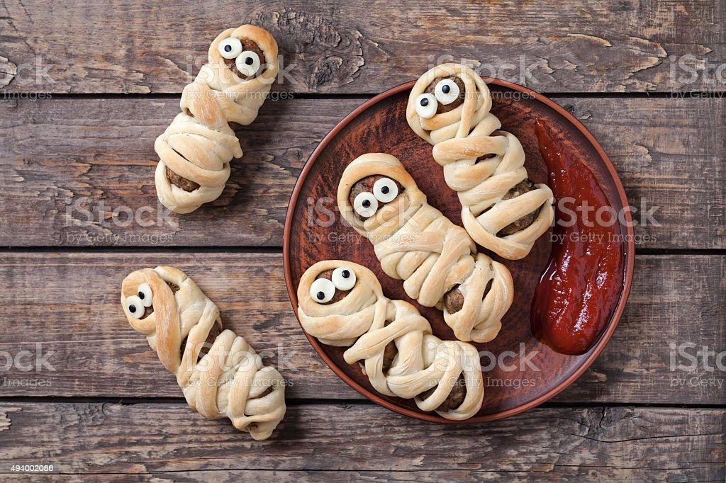 Drôle de saucisses momies enveloppé des boulettes de pâte à la fête d'halloween effrayant - Photo