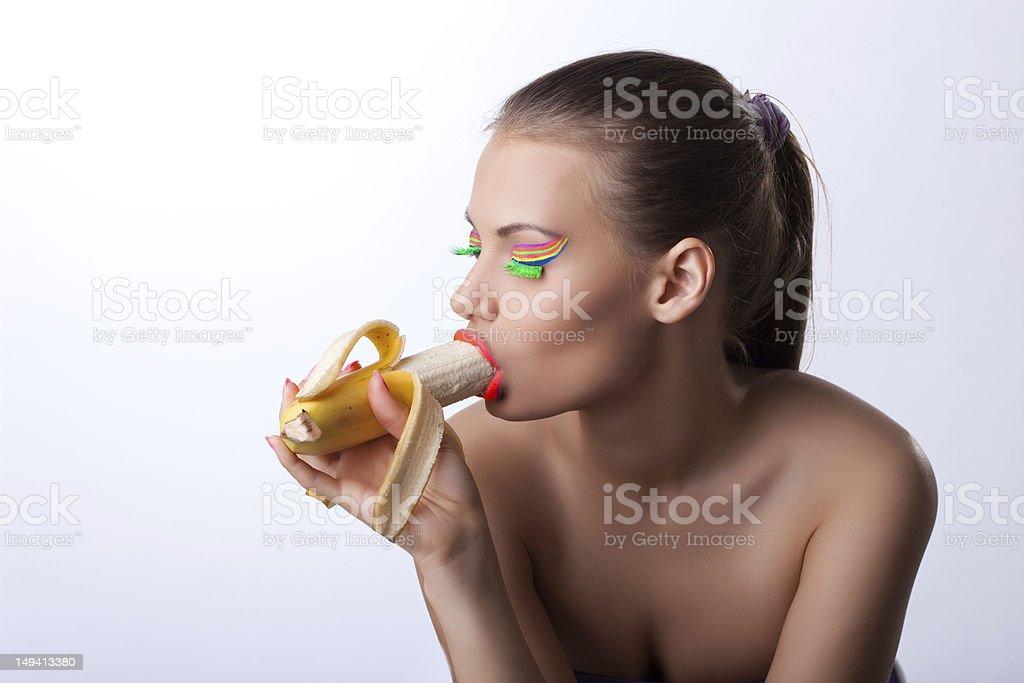 Сексуальная девушка сосет банан, мир острых ощущений порно
