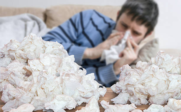 Divertido hombre que tiene la gripe enferma sonarse con tejidos - foto de stock