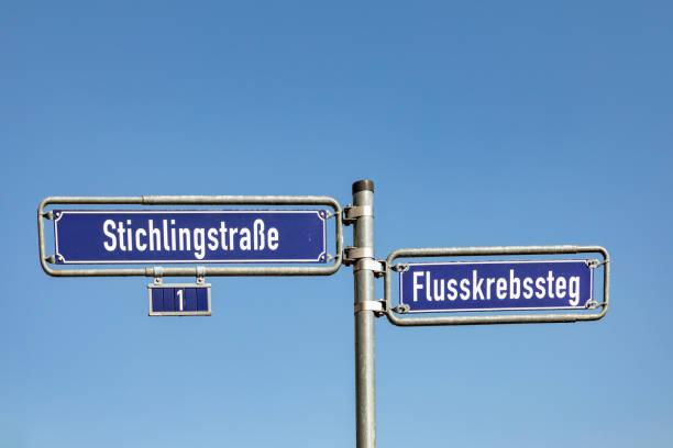 lustige straßennamen mit fischen im westlichen hafengebiet in frankfurt am main - straßenschild stock-fotos und bilder