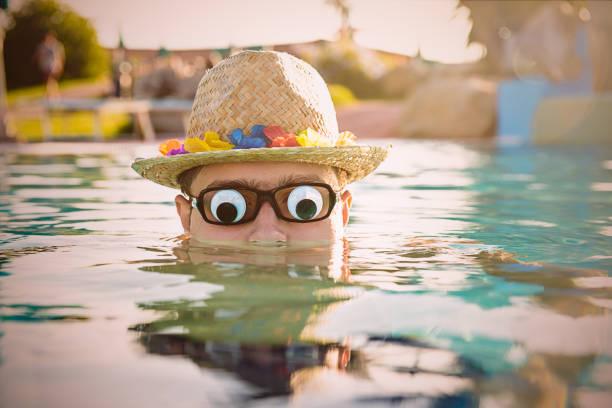 スイミング プールで変な 10 代の少年 - エキセントリック ストックフォトと画像