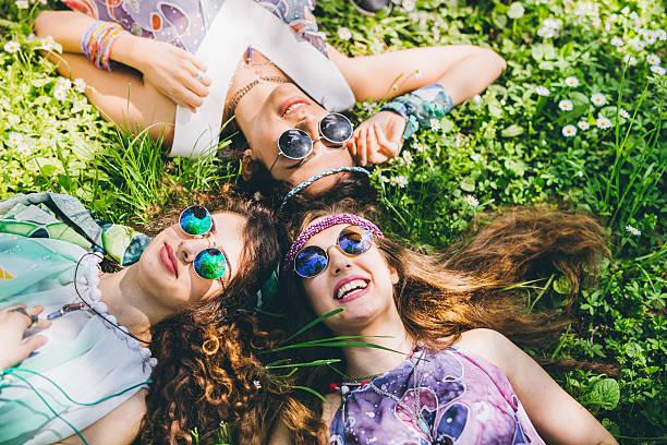 lustige zeit mit den besten freunde - hippie kleider stock-fotos und bilder