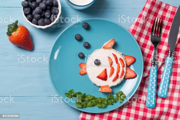Funny toast in a shape of fish sandwich with cream cheese and berries picture id642508390?b=1&k=6&m=642508390&s=612x612&h=jpblbjjjvipsav7oabjzewz8c11rc cqr3vyvepavua=