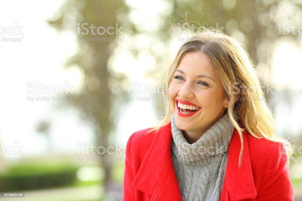 Mulher engraçada rindo em um parque no inverno - foto de acervo