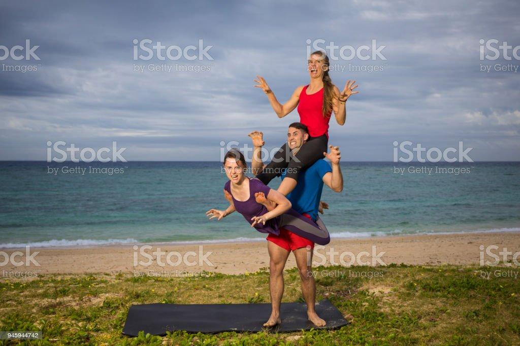 Lustige Yogadrachenpose Stockfoto Und Mehr Bilder Von Acroyoga Istock