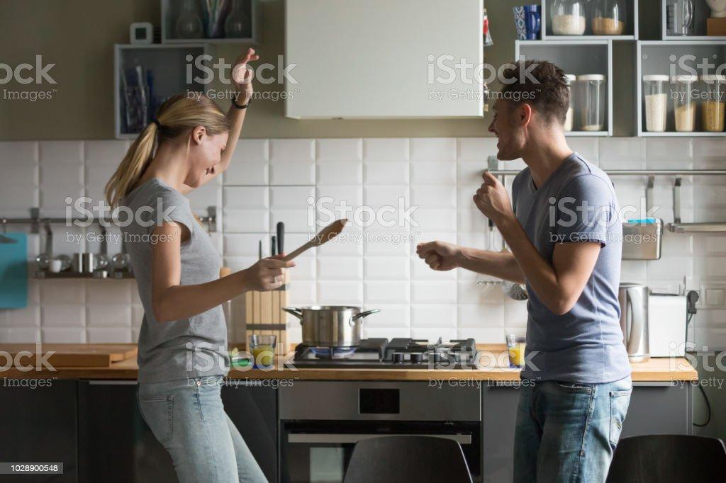 Lustige Junge Paare Tanzen Gemeinsam Genießen Kochen In Der ...