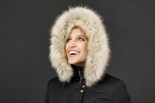 Fur Hood Framing Face Of Smiling Russian Indoor Girl - Fotografie stock e altre immagini di Adulto