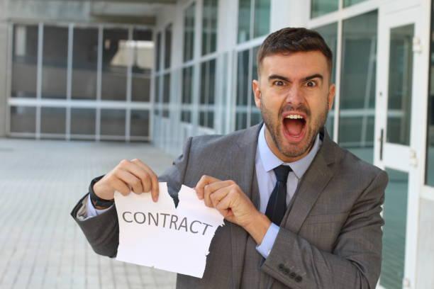 wütend geschäftsmann, einen vertrag zu brechen - kündigung arbeitsvertrag stock-fotos und bilder