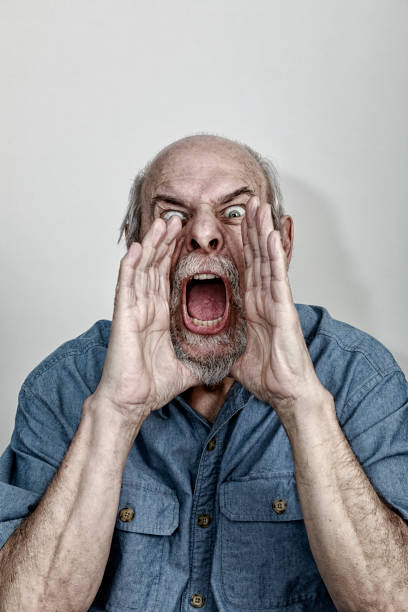 Furious Senior Man Hands Cupped Shrieking Threats at Camera – Foto