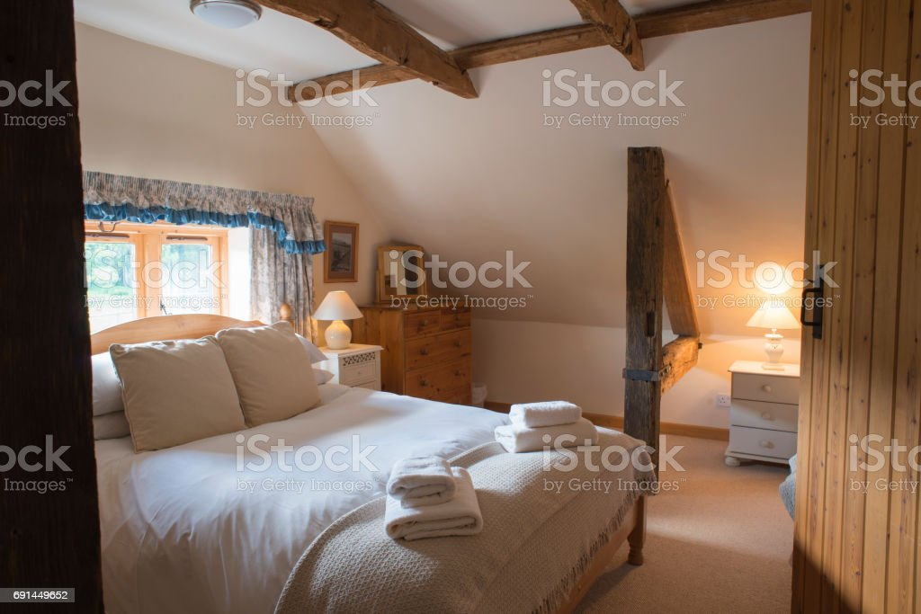 Möbliertes Dachgeschoss Schlafzimmer Von Einem Noblen Ferienhaus ...