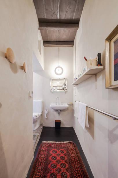 möbliertes haus vintage, bad - badezimmer rustikal stock-fotos und bilder