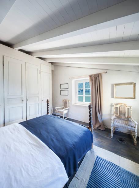 möbliertes haus jahrgang, schlafzimmer - bett landhausstil stock-fotos und bilder